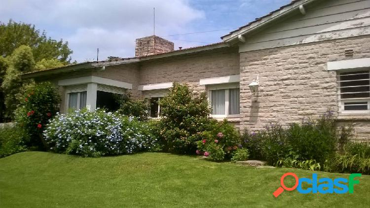 Importante chalet en venta zona los troncos. amplio living comedor, 4 dormitorios, cocina, comedor, garage, quincho, jardin.
