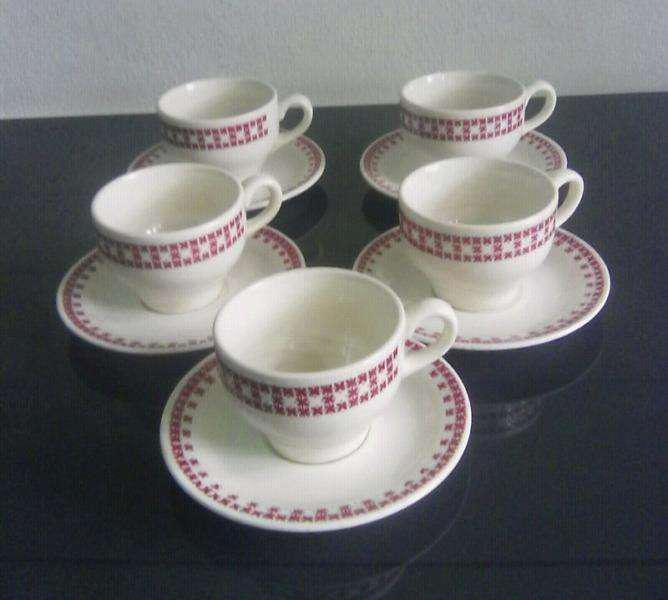 Antiguas tazas con plato de café