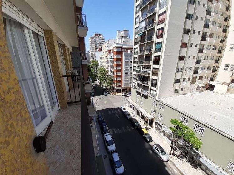 En venta un ambiente reciclado con balcón