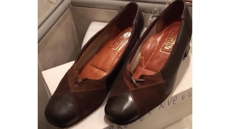 Zapatos clásicos cuero y gamuza.