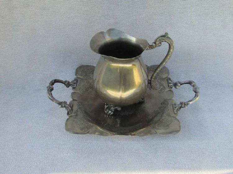 Antigua jarra de metal con fuente (32ls0820)