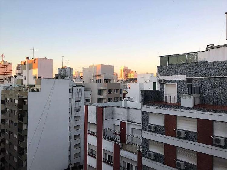 Dpto. 2 ambientes externo con balcón saliente. piso alto.