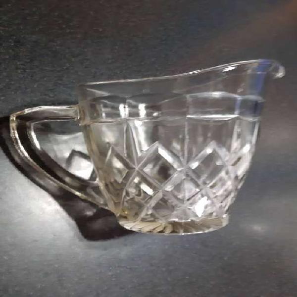 Vendo jarra de vidrio labrado, capacidad 1 ¼ litro, antigua