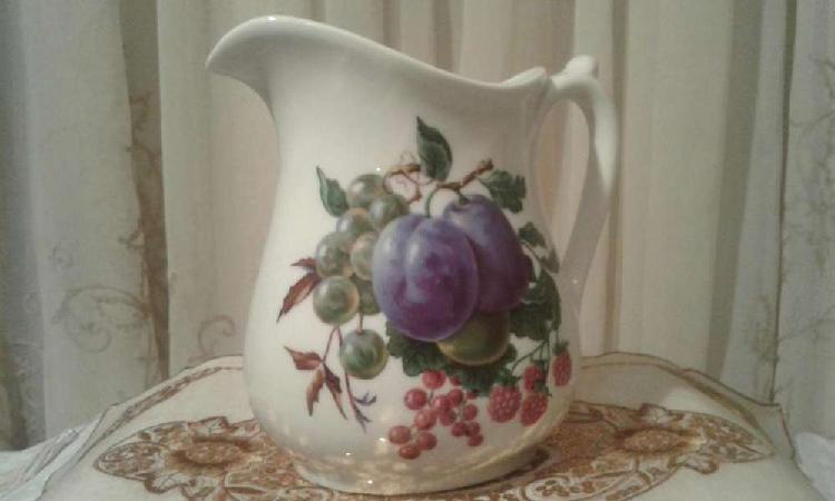 Importante jarra blanca con motivos frutales . dresden