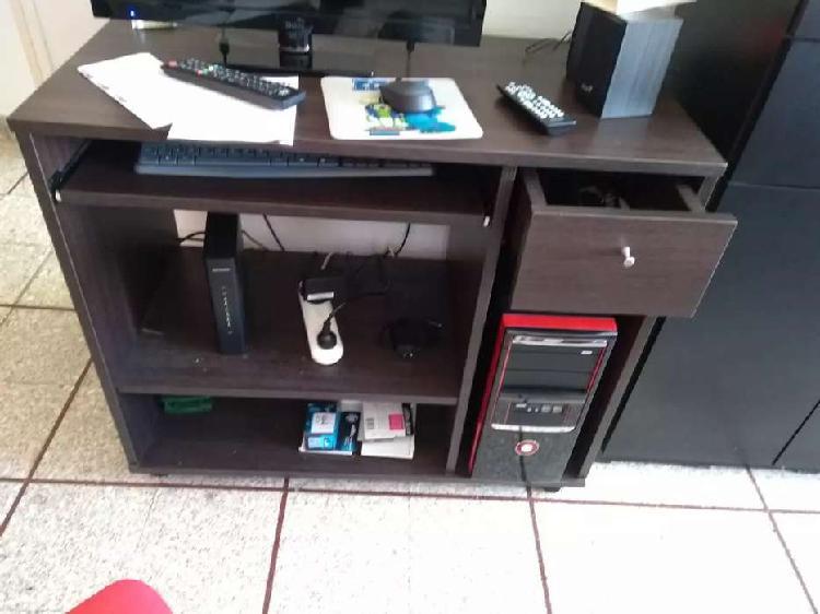 Mesa de computación con un cajón