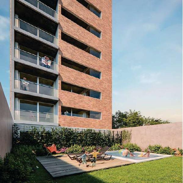 Monoambiente con balcon al frente. edificio con pileta y