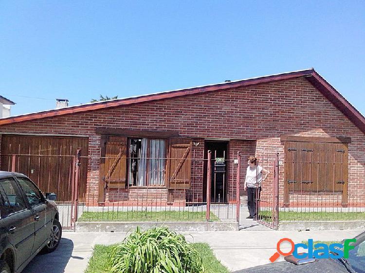 Casa con departamento independiente, garage, patio, barrio lopez de gomara. se vende con renta.