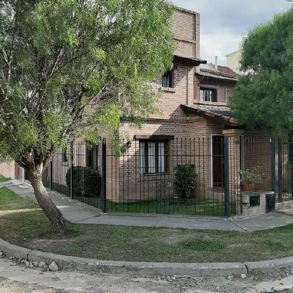 Hermosa casa en esquina barrio grand bourg