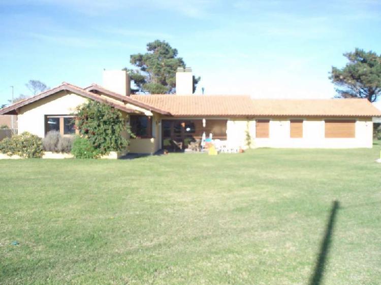 Chalet 5 amb. estilo casa de campo s/lote 1.700 m2 / sup.