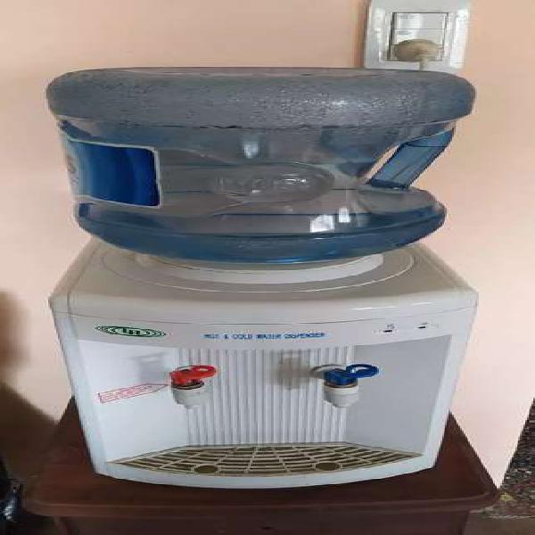 Dispenser agua fresca y caliente, sobre mesada.