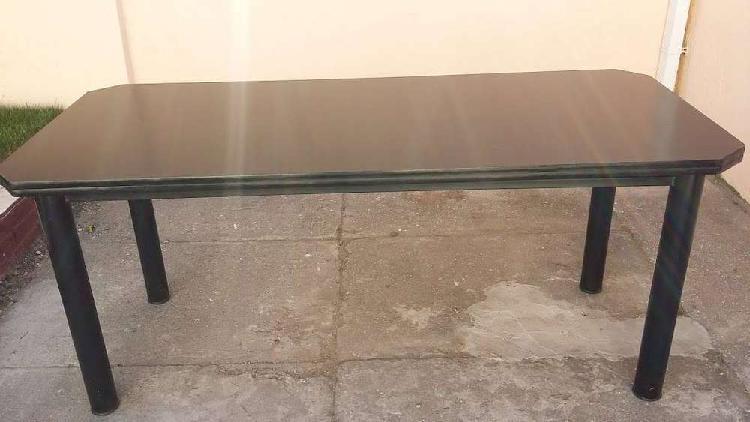 Impecable mesa rectangular fija de 180 x 80 cm, base de