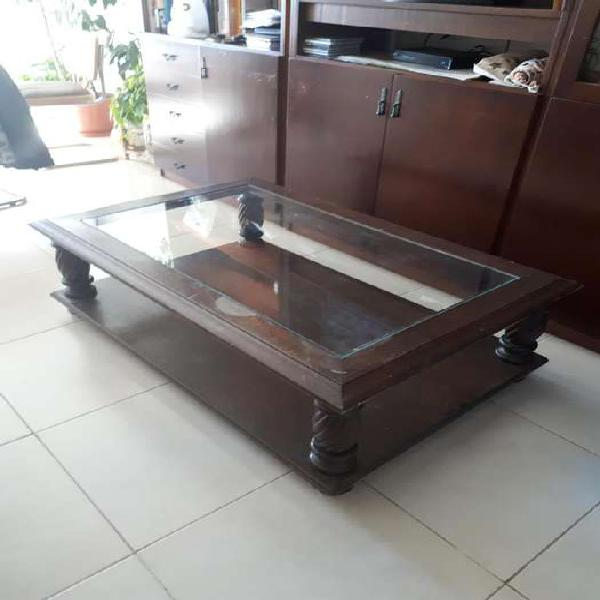 Mesa ratona de madera con tapa de vidrio