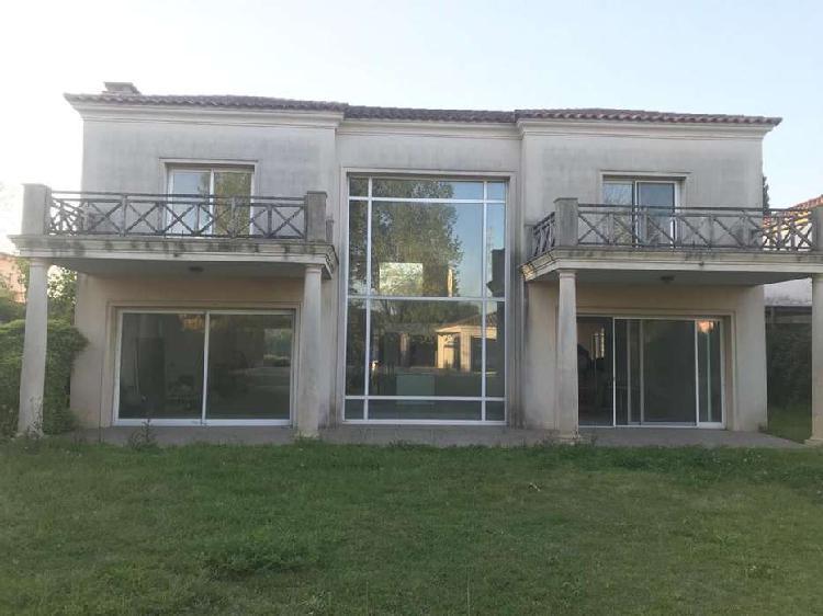Alquiler de gran casa única a terminar en barrio santa