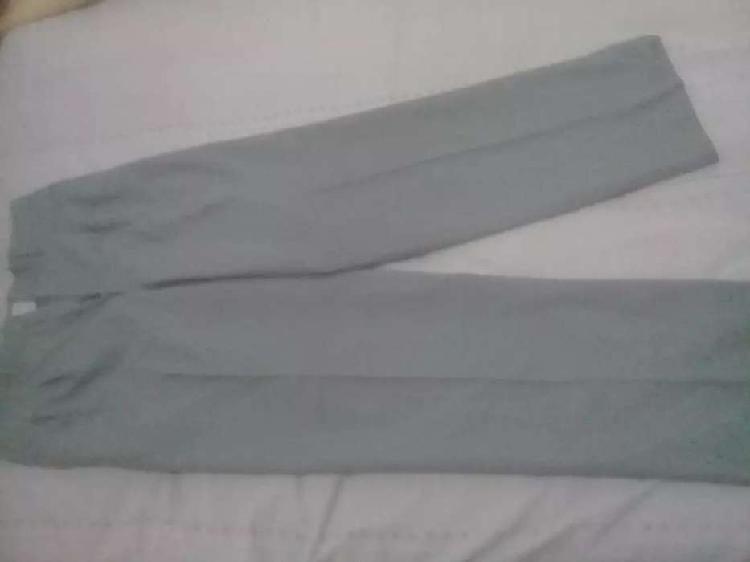Pantalon gris talle 42 buen estado