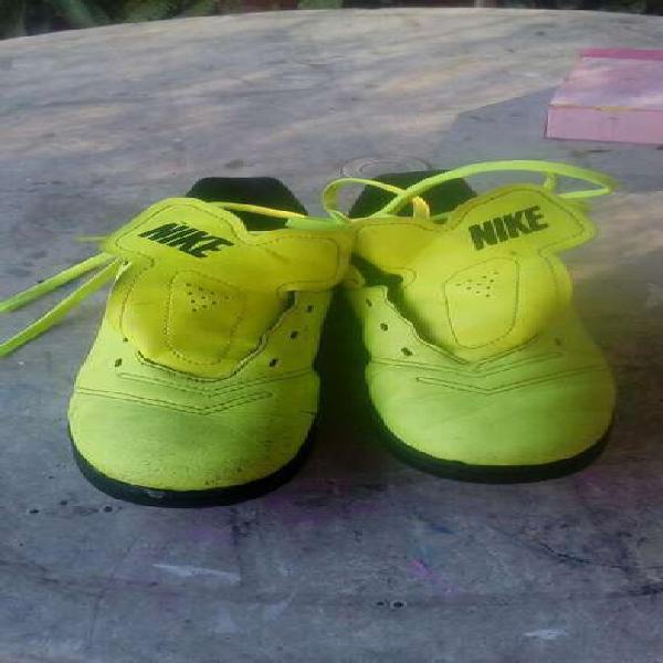 Botines futbol y guantes arquero