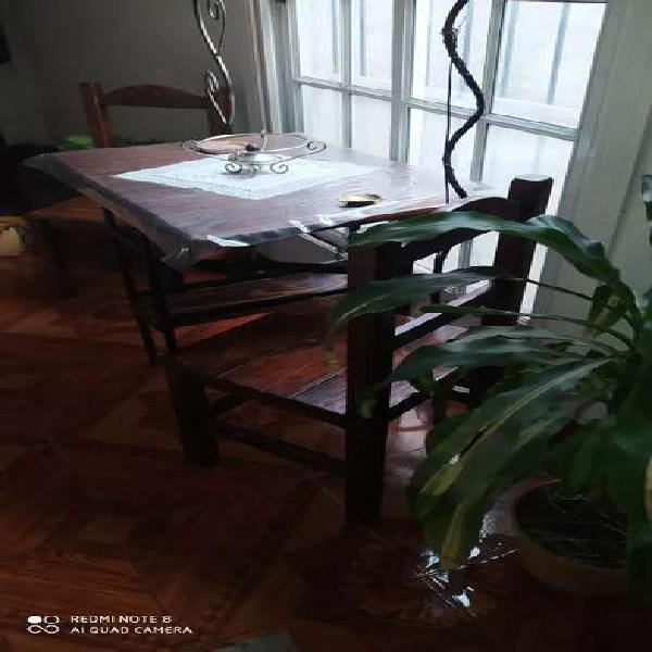 Mesa de apoyo plegable madera masiza laqueada dos sillas