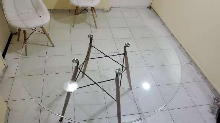 Mesa eames de vidrio + 4 sillas tapizadas eames.