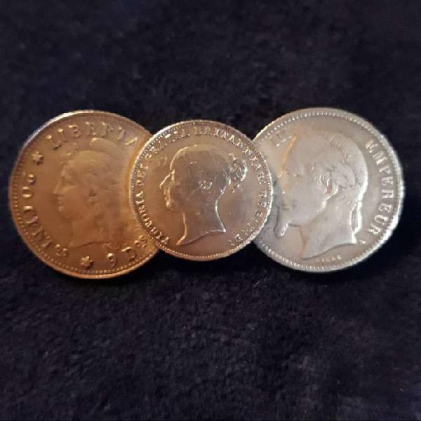 Antiguo prendedor realizado con tres monedas de plata fina.