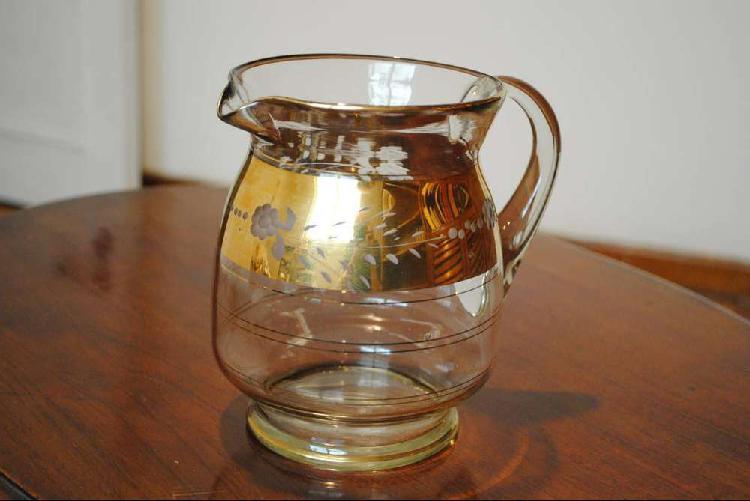 Antigua jarra de crsital con dorado. impecable.