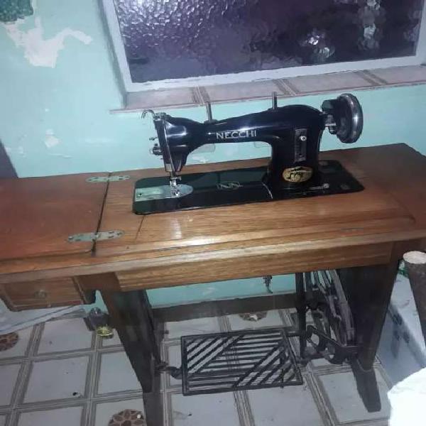 Maquina de coser antigua marca necchi