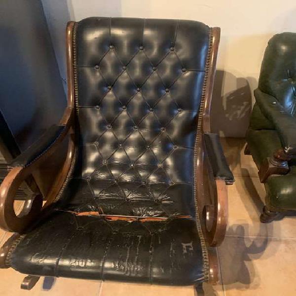 Antigua silla mecedora veneciana de madera y cuero