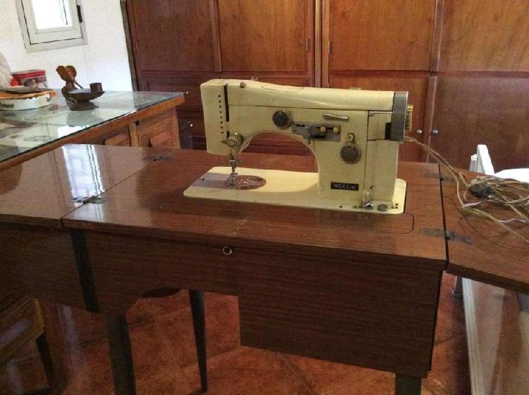 Maquina de coser y una de tejer