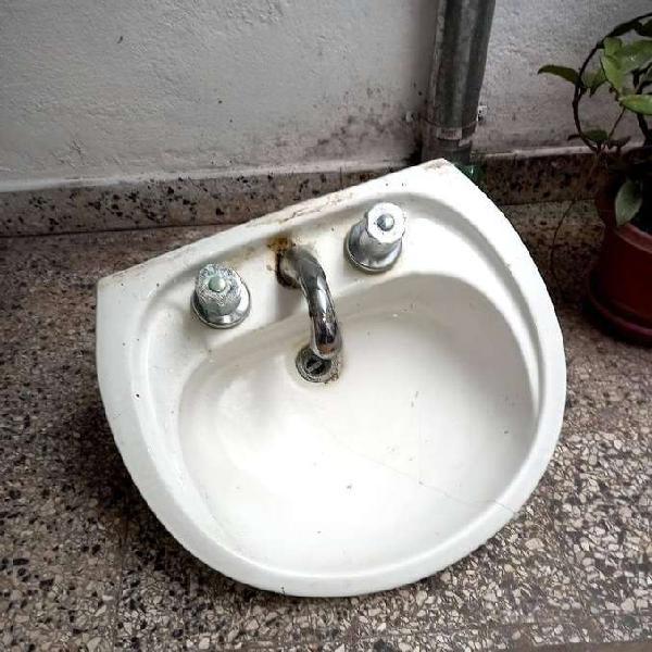 Vendo pileta de baño con pie y griferia funcionando
