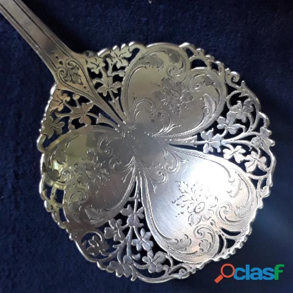 Antigua cuchara cernidora de plata esterlina. Punzon de Londres 1