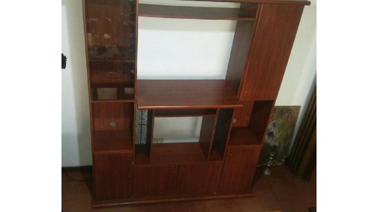 Modular de madera con vitrina