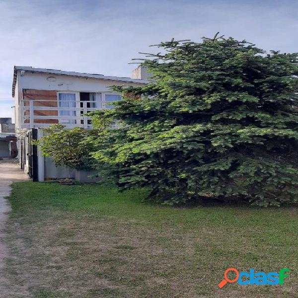 Villa gesell, barrio de familias estables. complejito de 3 casas muy luminosas y agradables