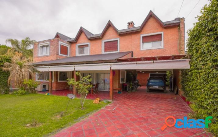 Imponente casa, con parque, pileta y grandes galerias para disfrutar del verano en familia, sin alejarte de Rosario. 1