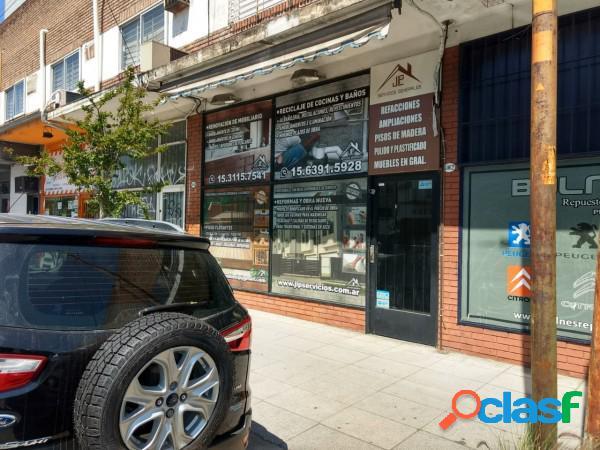 Local comercial con deposito en entrepiso y frente vidriado