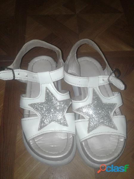 Sandalias blancas con estrella plateada y brillos