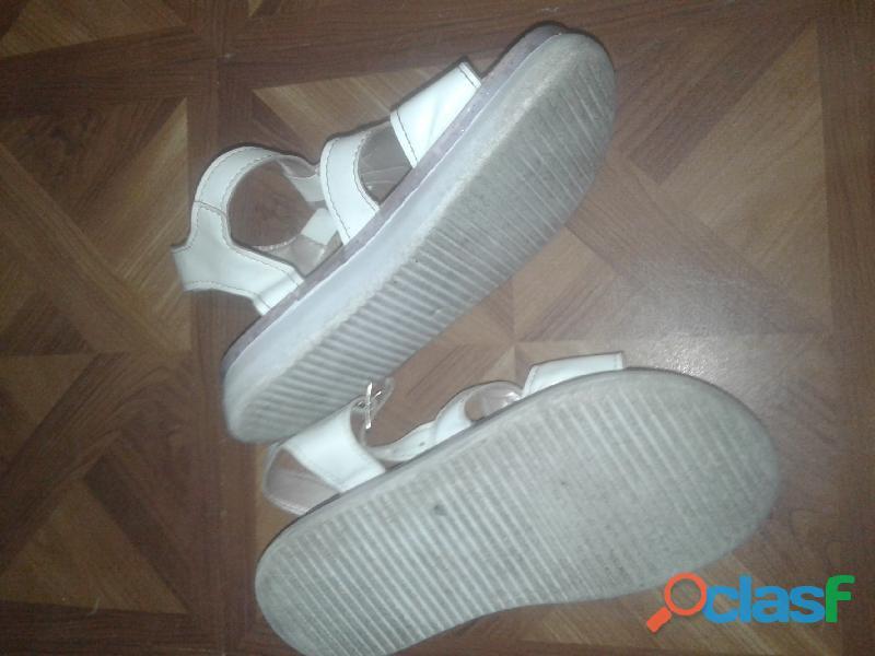 Sandalias blancas con estrella plateada y brillos 4