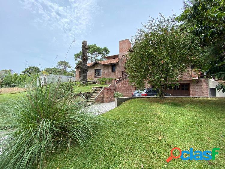 Chalet 4 ambientes con amplio parque. zona golf villa gesell.