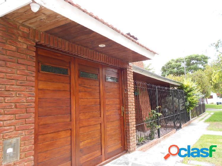 Chalet 3 ambientes con patio y garage