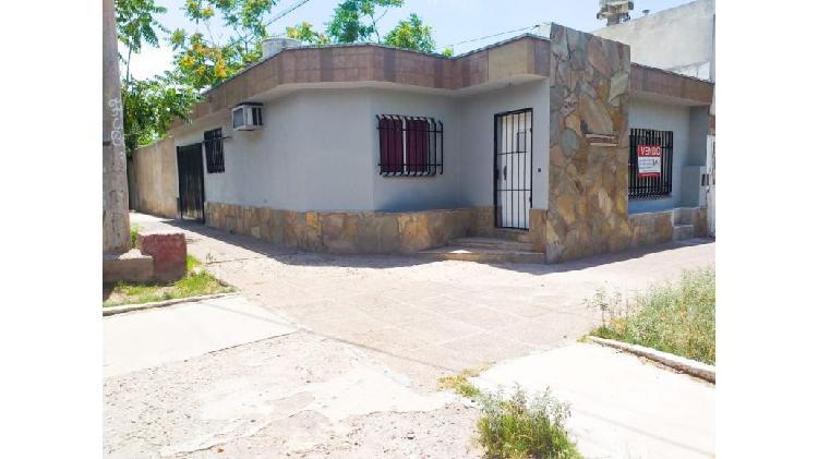 Alquilo casa esquina en godoy cruz, barrio suarez