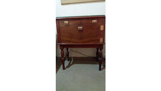 Mesa luz madera vintage antiguo con vidrio cajón y botinero