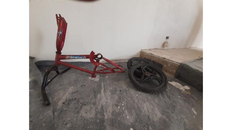 Cuadro de bicicleta con dos ruedas masisas de regalo