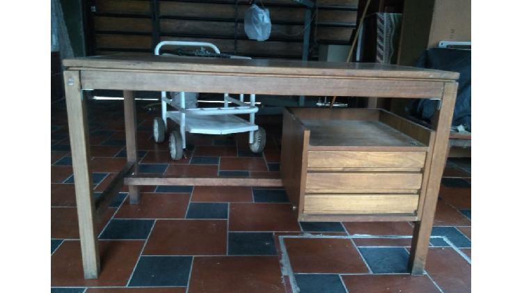 Vendo escritorio de madera con tres cajones