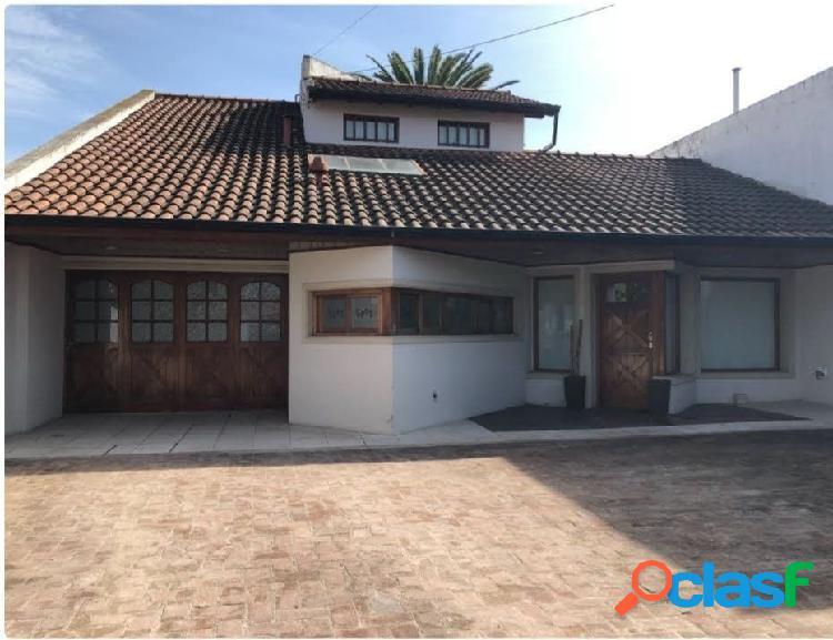 Casa 4 ambientes con parque, quincho y garage sobre lote de 520m2 en andrade y concepción arenal