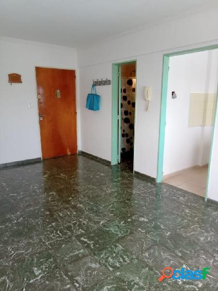 Departamento de un ambiente lateral con cochera fija