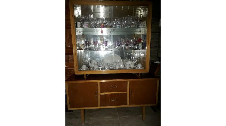 Vendo vitrina/ vajillero de cedro