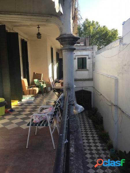 """Casa """"Estilo Francés"""" (8.66 x 43) de 8 ambientes, galería, garaje p/ 2 autos, patio, terraza y quincho. 3"""