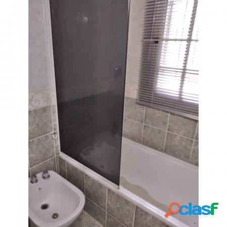 Casa en esquina - dos dormitorios - quincho, piscina, doble entrada vehículo - 720m2