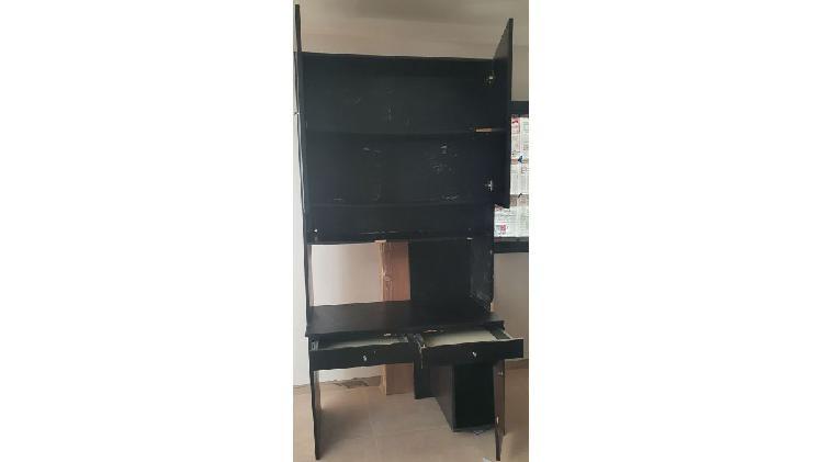Mesa para computadora con estantería incorporado.